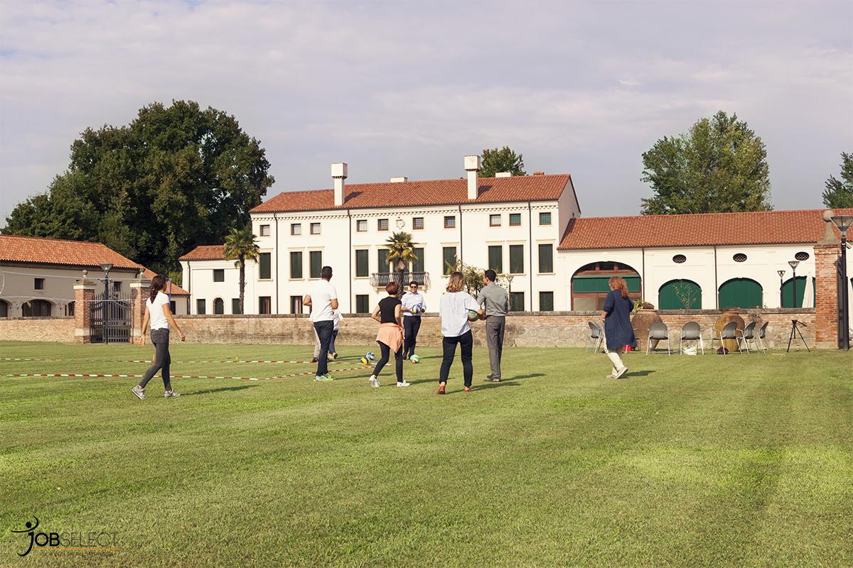 I partecipanti si mettono alla prova con la pallavolo