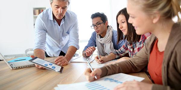 docente tiene una lezione rivolta a giovani disoccupati