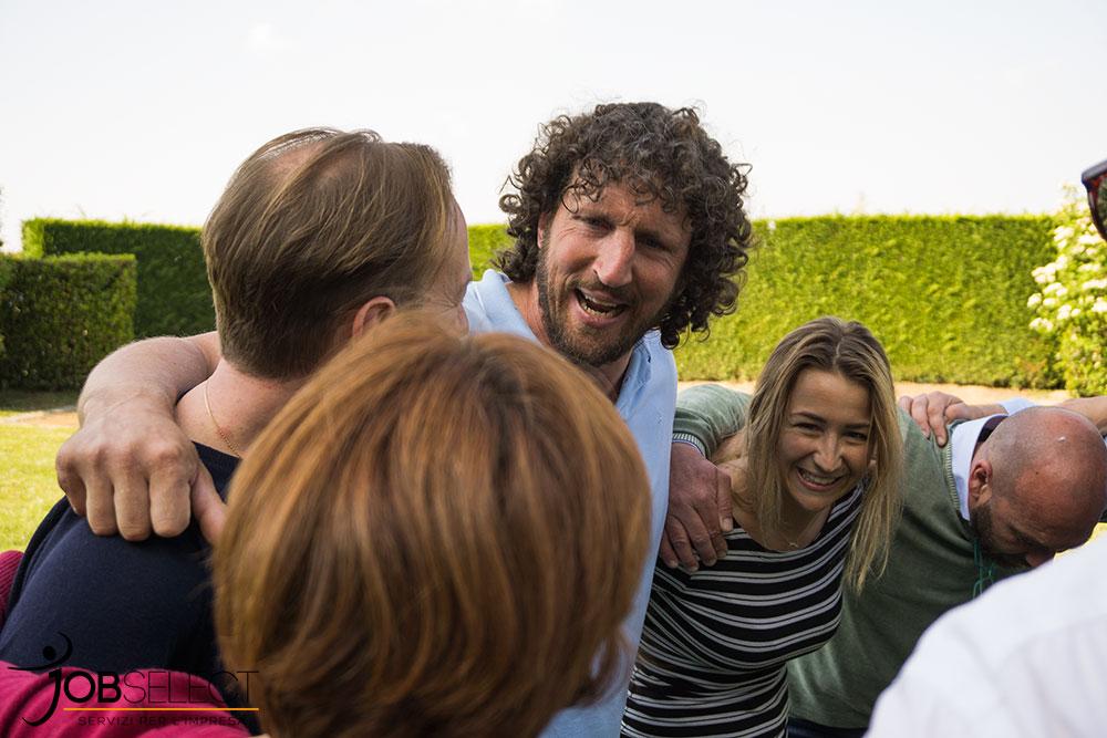 Mauro Bergamasco abbraccia i ragazzi del rugby